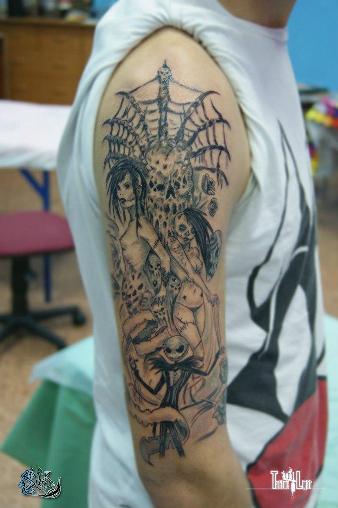Тату паутина и женщины на плече