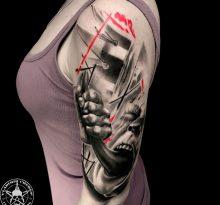 Женщина с татуировкой на плече в стиле треш-полька