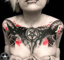 Женская татуировка на груди в стиле треш-полька