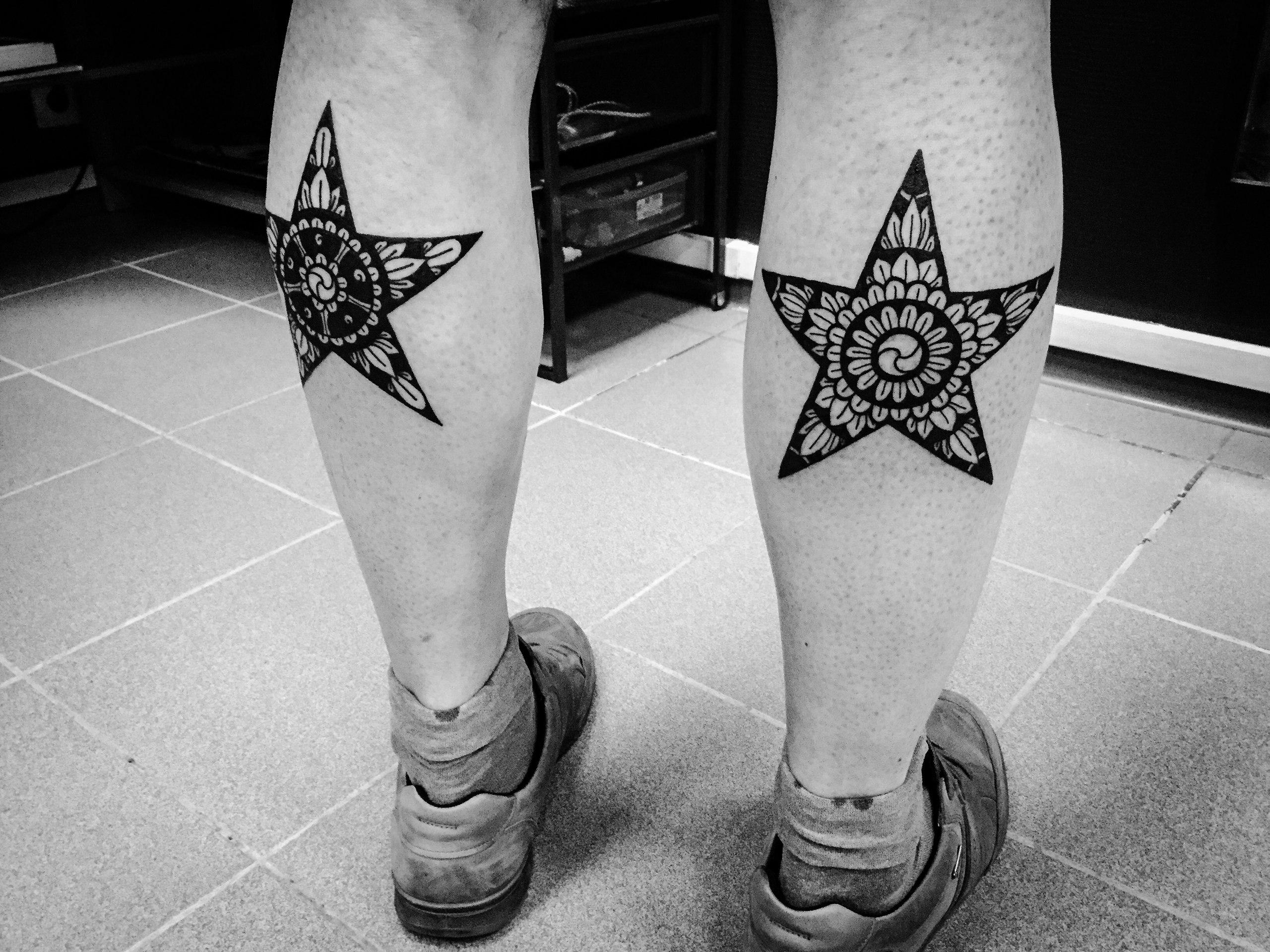 Звезды с узорами внутри на ногах