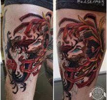 Абстрактная тату с портретом и змеей на бедре