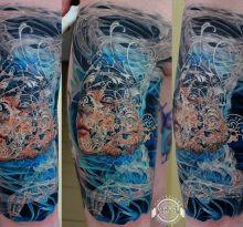 Абстрактный цветной портрет на ноге