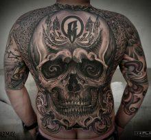 Черный череп на спине в стиле орнаментал