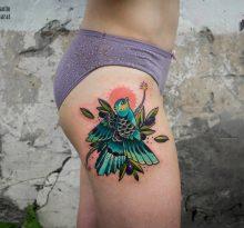 Цветная птица на бедре у девушки