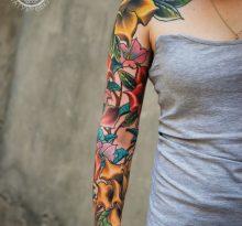 Цветочный рукав у девушки
