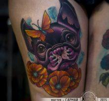 Фиолетовая голова собаки, цветы и бабочка