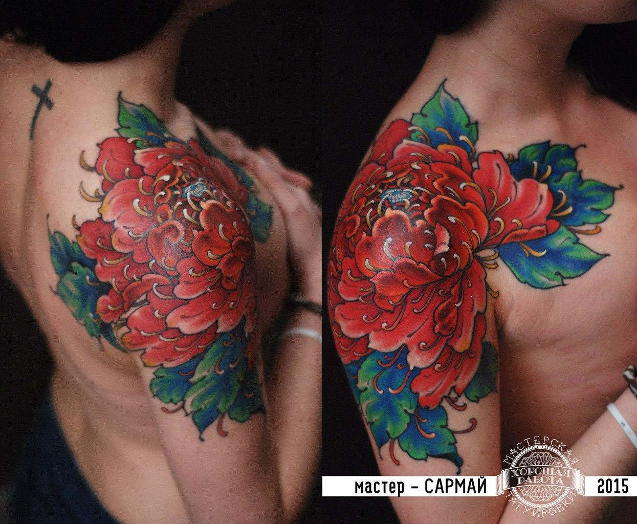 Красная хризантема на плече у девушки