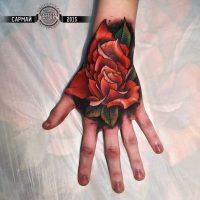 Красная роза на кисти руки