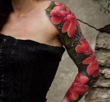 Красные цветы на руке у девушки