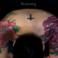 Красные хризантемы на плечах
