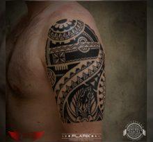 Мужская тату на плече в стиле орнаментал