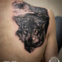 Мужская тату волка на лопатке