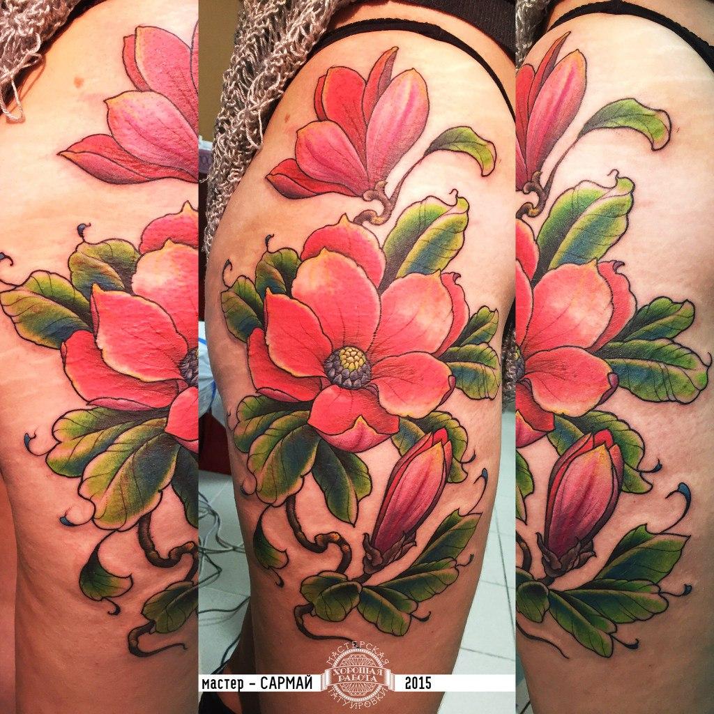 Розовые цветы с зелеными листьями на ноге