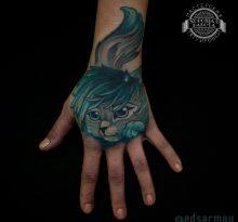 Синяя голова кошки на кисти руки