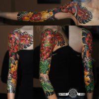 Сочная японская тату хризантем и зеленых листьев