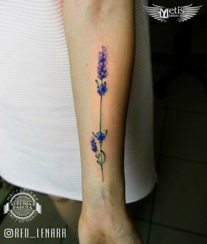 Тонкий фиолетовый цветок на предплечье