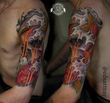 Японская тату с карпом и черепом на плече