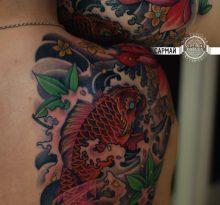 Японская татуировка карпа и цветка на спине