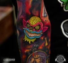 Яркая цветная татуировка на руке