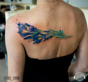 Букет синих цветов в стиле акварель на спине