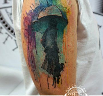 Человек под зонтом в стиле акварель на плече