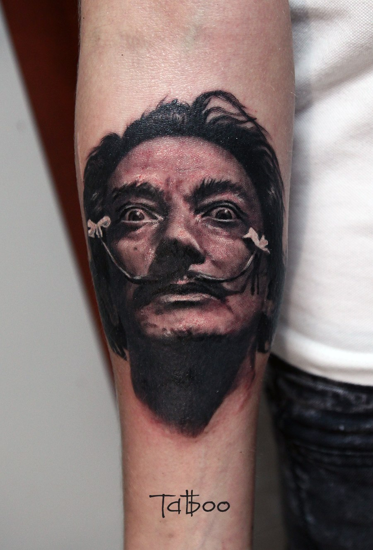 Черно-серый портрет Сальвадора Дали