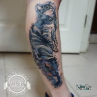 Кошка на голени в стиле акварель