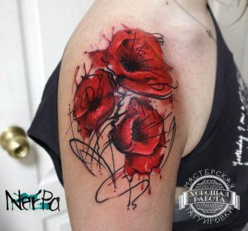 Красные цветы на плече у девушки