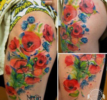 Красные и синие цветы на бедре