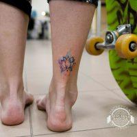 Маленькая тату лотоса в стиле акварель на лодыжке