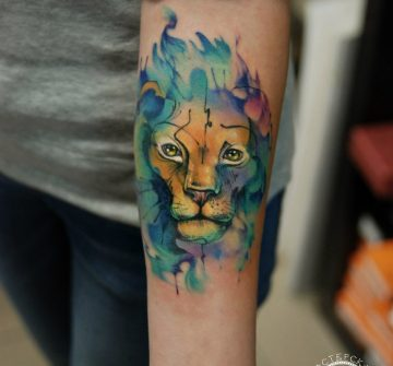 Портрет льва в стиле акварель на предплечье