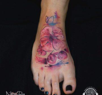 Розовые цветы на ступне в стиле акварель