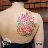 Розовые розы на лопатке