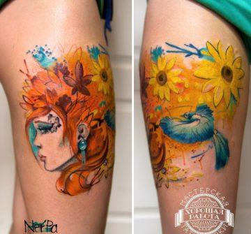 Рыжеволосая девушка, цветы и птица на бедре