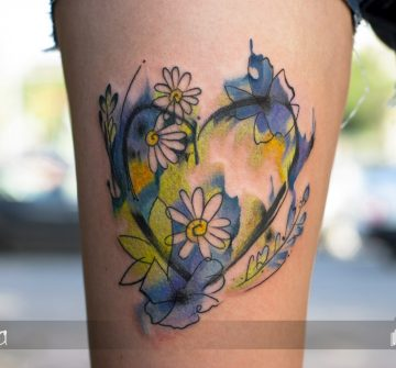 Сердце с цветами в стиле акварель на бедре