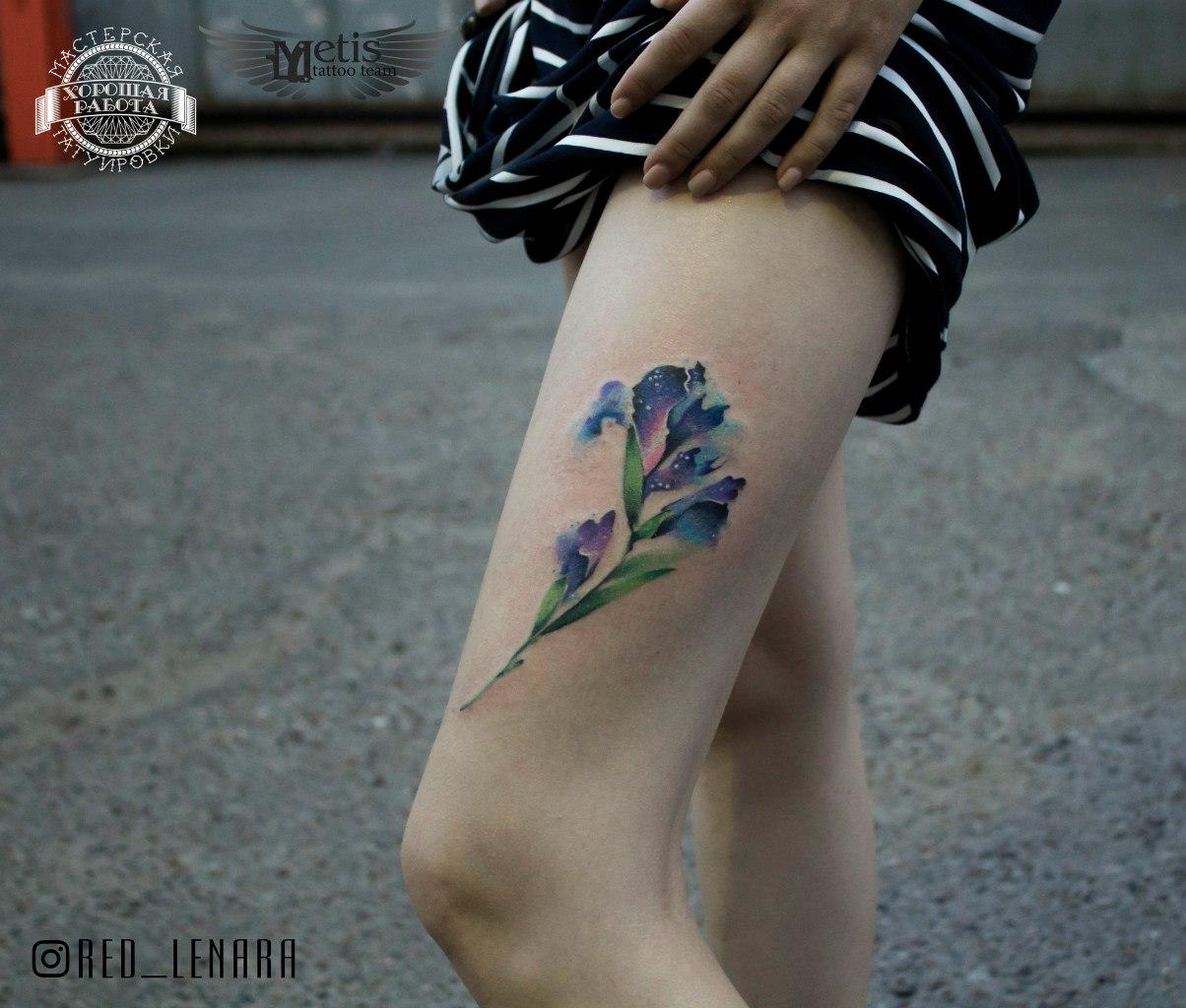 Синий цветок на бедре в стиле акварель