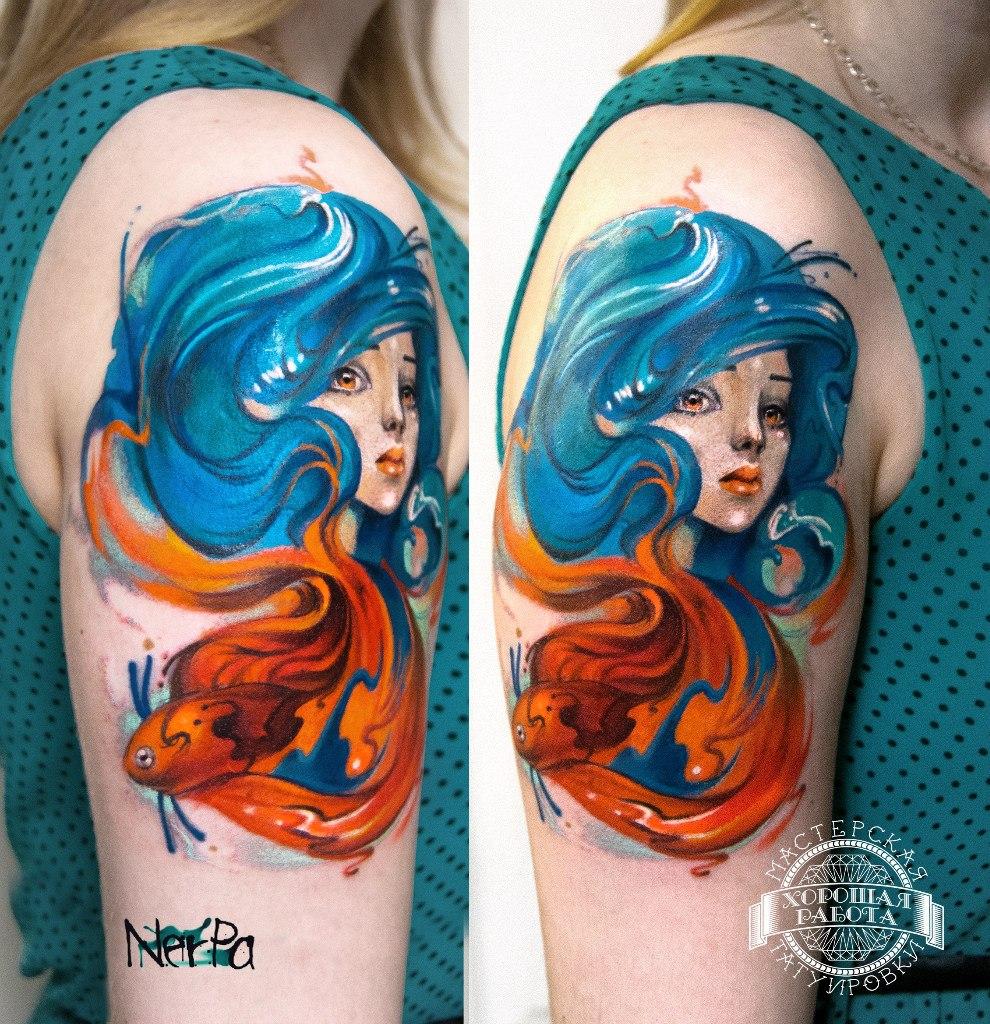 Тату девушки с синими волосами и рыбки