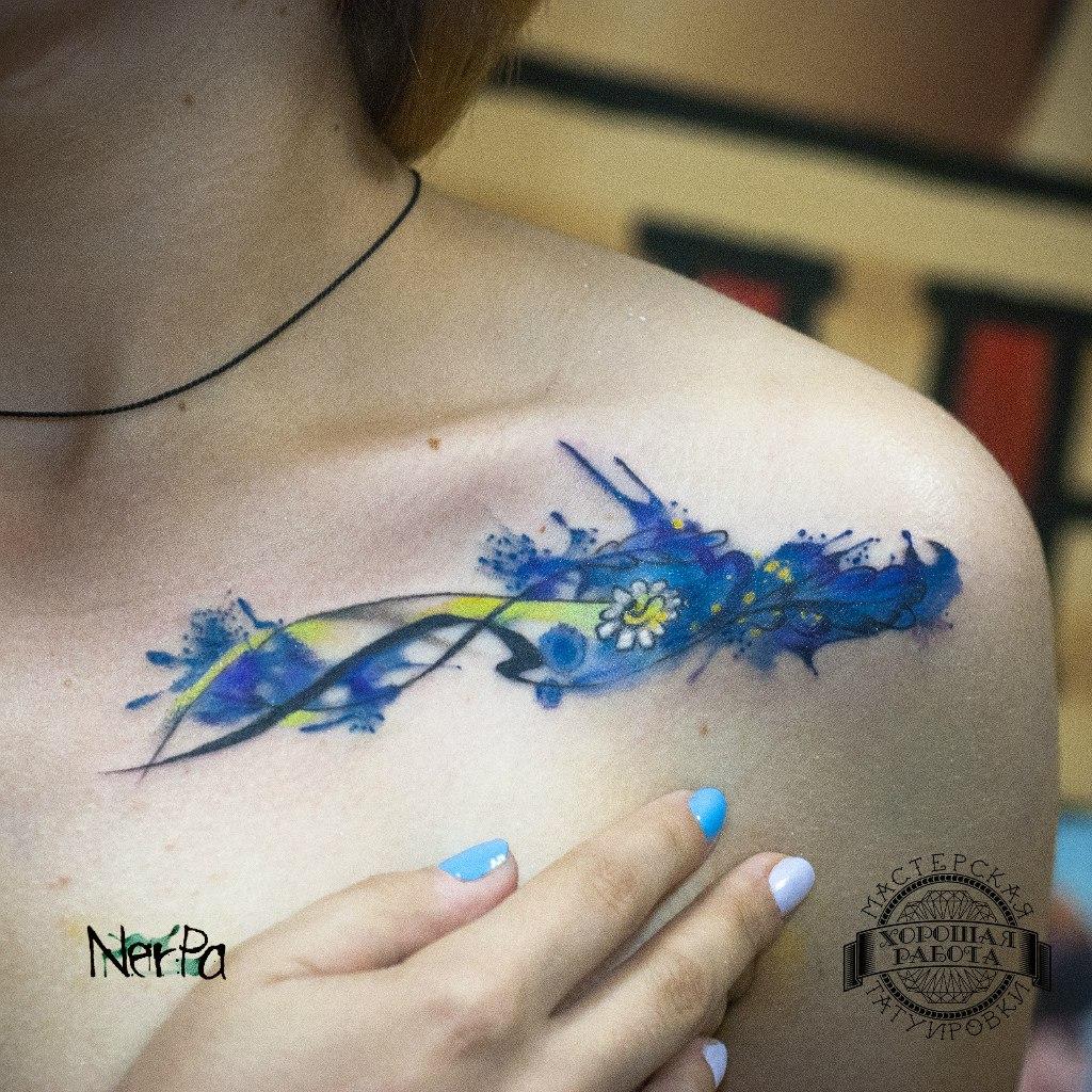 Женская синяя тату на ключице