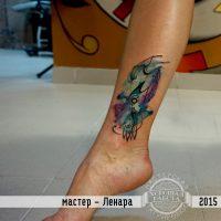Женская тату на лодыжке в стиле акварель
