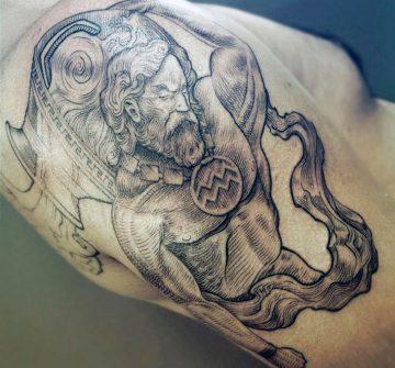 Мужская татуировка Водолея на плече