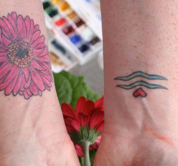 Символ Водолея и цветок на запястьях