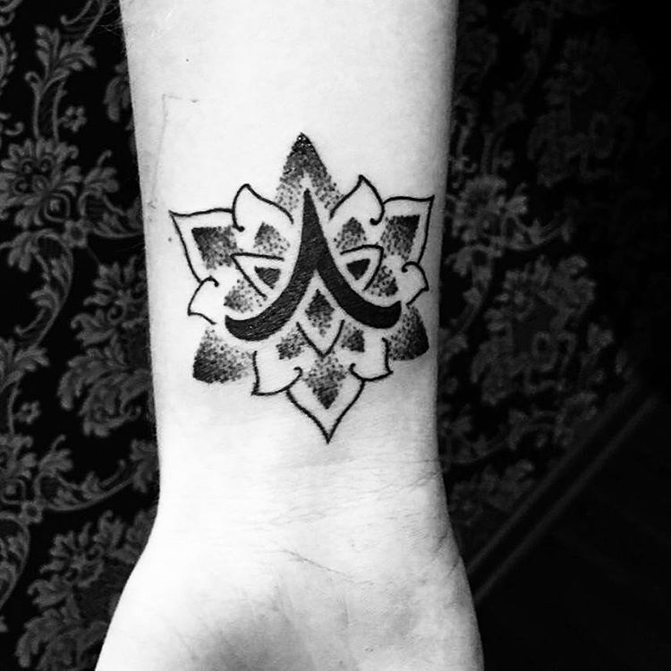Символ Овна внутри мандалы