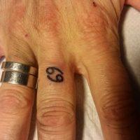 Символ Рака на пальце