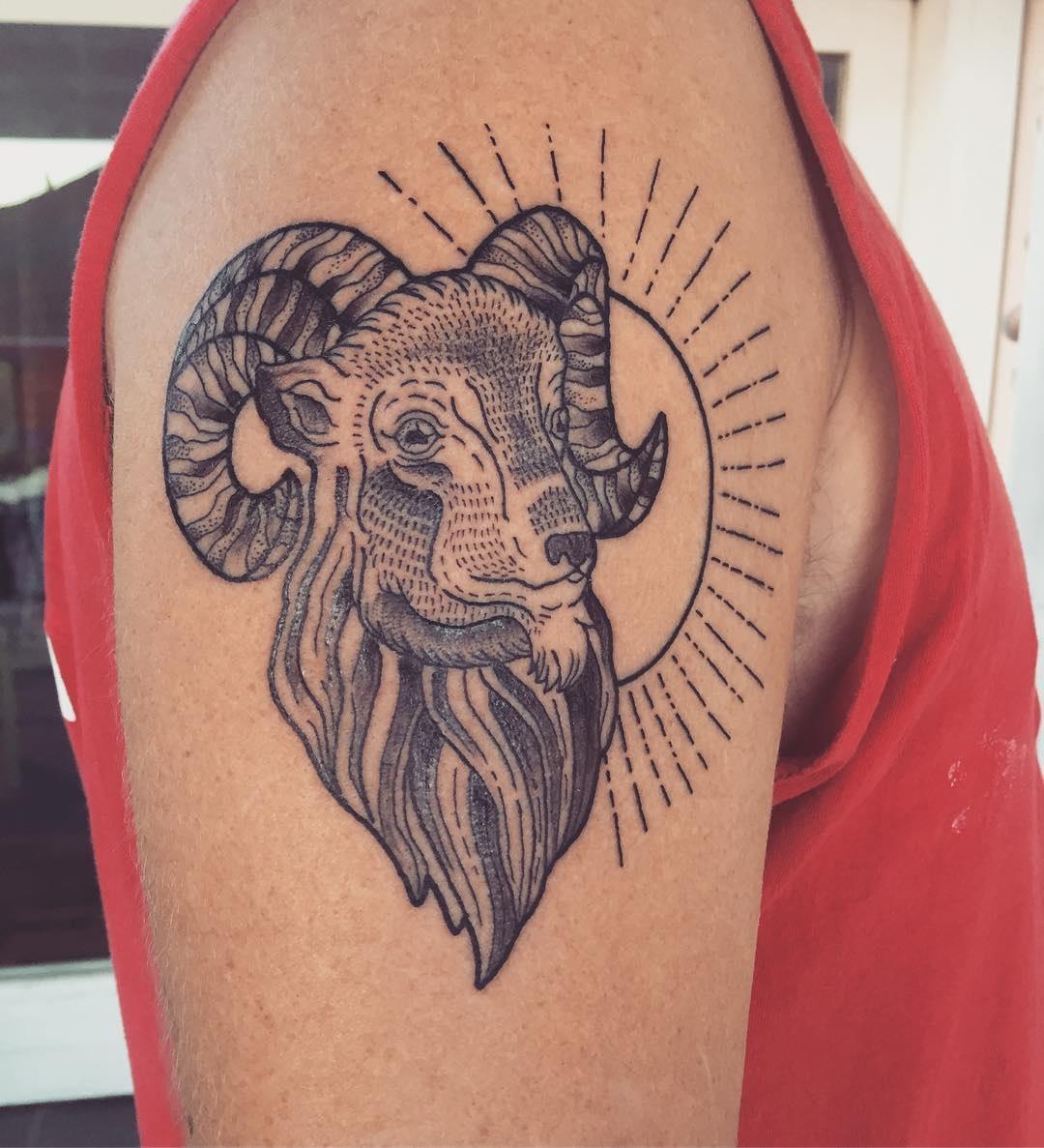 Тату на плече символизирующая Овна