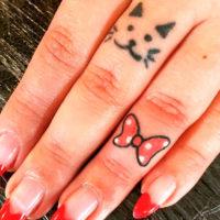 Бантик и кошачья мордашка на пальцах