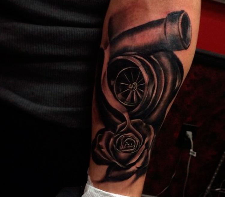 Черно-серая тату нагнетателя воздуха и розы
