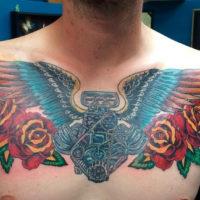 Двигатель с крыльями и розы, мужская тату на груди