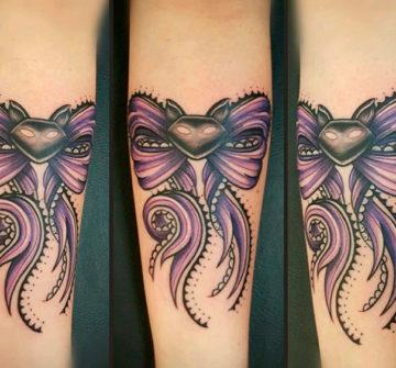 Фиолетовый бант на предплечье