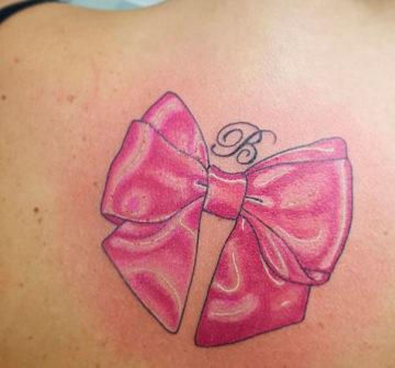 Розовый бант на спине
