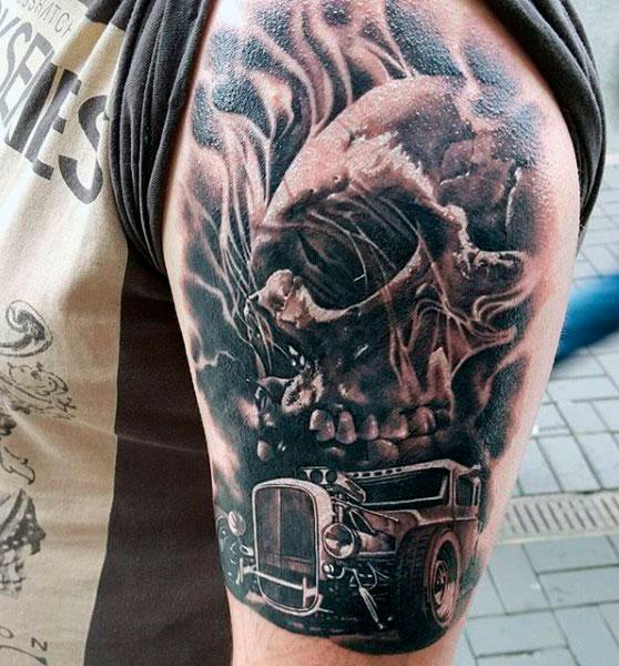Татуировка автомобиля и черепа на плече